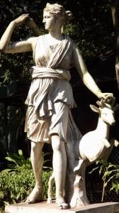 Essa é a deusa romana Diana, relacionada à Ártemis na mitologia grega É a deusa da caça, filha de Júpiter e Latona, irmã gêmea de Apolo.